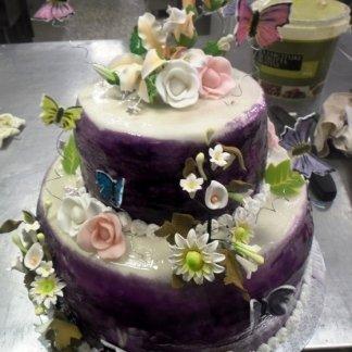 torta con margherite e rose