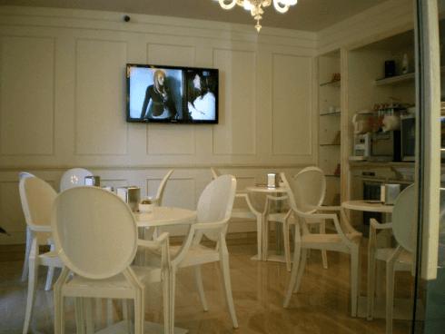 tavoli e sedie bianchi