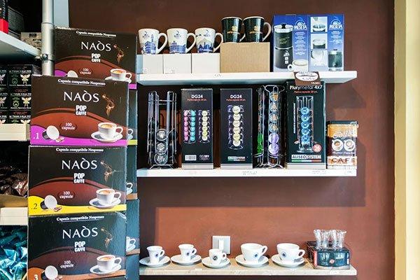 delle mensole con capsule di caffè e delle tazzine
