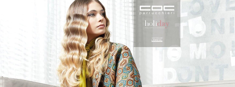 Modella con lunghi capelli mossi biondi