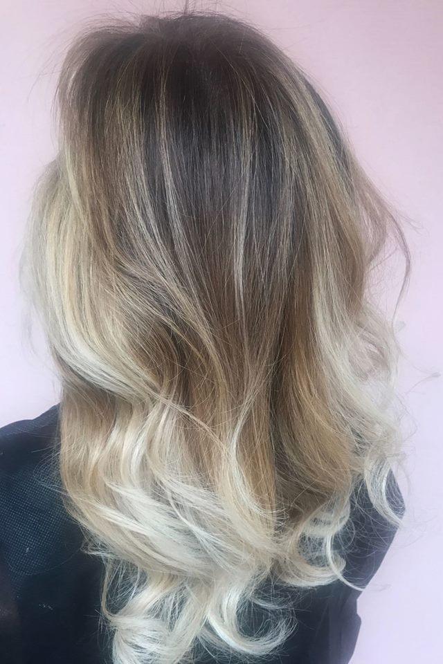 Degradé platino su capelli castani lunghi