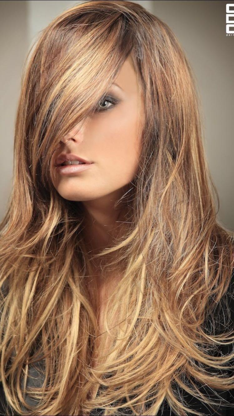 Modella con ciuffo e capelli lunghi biondi