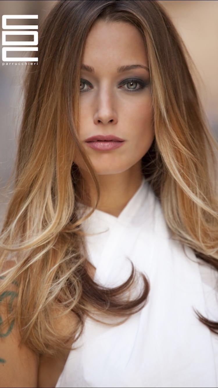 Modella con capelli biondi lunghi e lisci