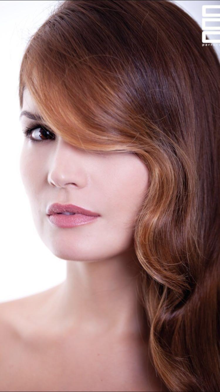 Modella con capelli rossicci e ciuffo ondulato