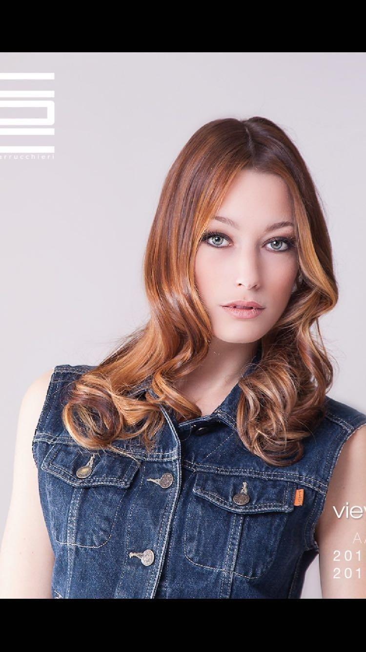 Modella con capelli ondulati e rossi