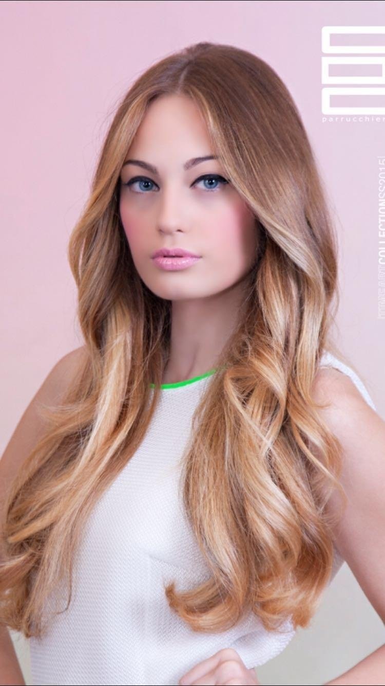 Modella con capelli lunghi biondi