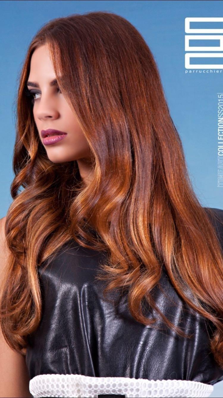 Modella con capelli lunghi ramati