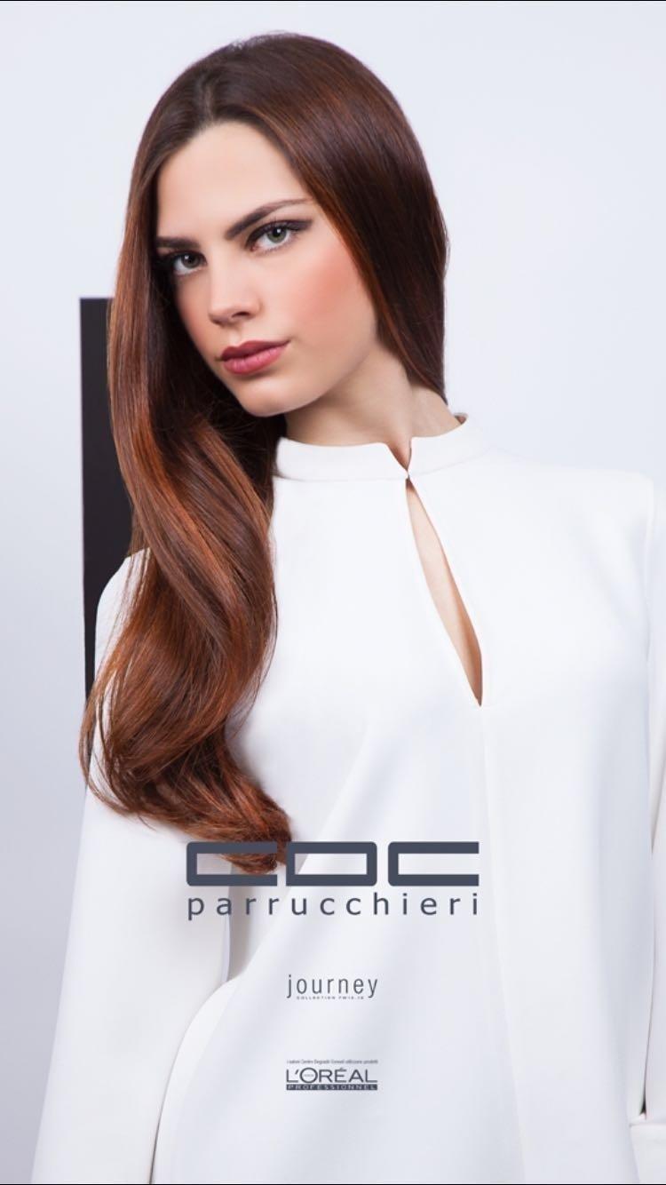 Modella con capelli lunghi castani