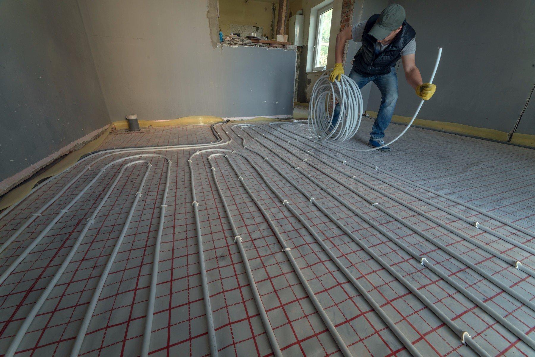Installando impianto di riscaldamento a pavimento