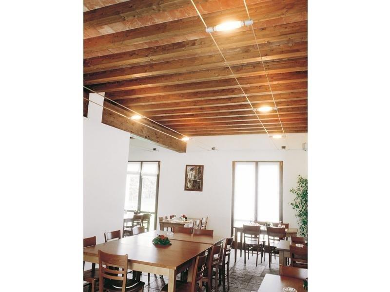 Sistema di illuminazione a doppio cavo presso un ristorante