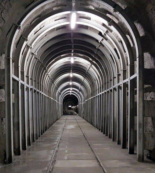 una miniera con strutture di ferro a forma d'arco