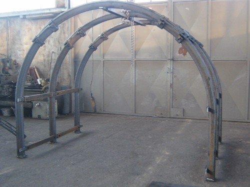 una struttura di ferro curva ad arco
