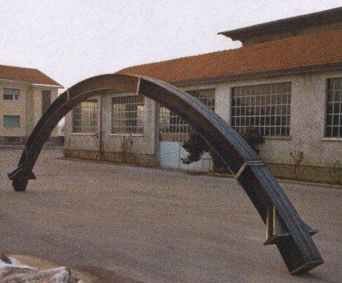 una struttura di ferro ad arco