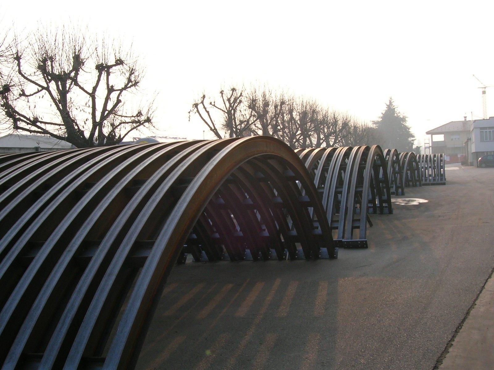 delle strutture in ferro a forma curva