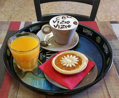 Colazione con cappuccino, succo d'arancia e pasta a Capiano