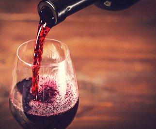 Bicchiere di vino riempito a Copiano