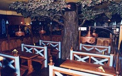 tavoli e panche in legno dentro l`osteria