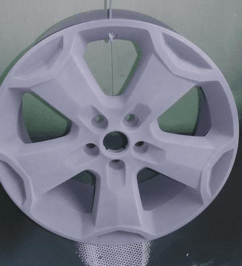 cerchi auto durante la lavorazione di verniciatura