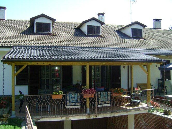 veranda in legno con tegole