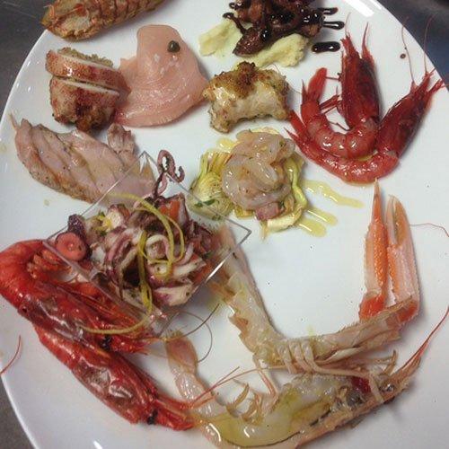 un piatto a base di misto di pesce
