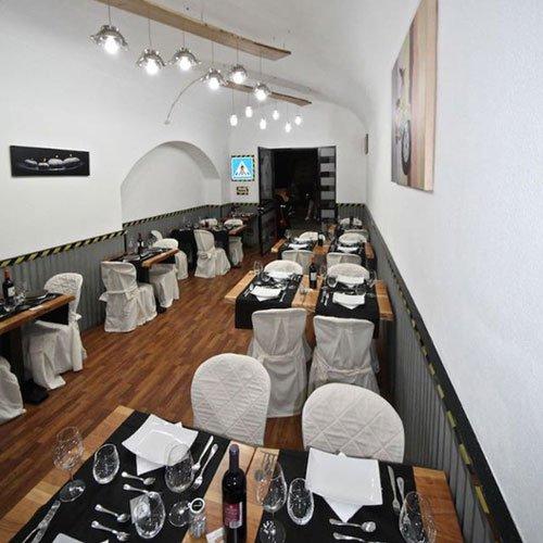 dei tavoli in legno e sedie con coprisedie