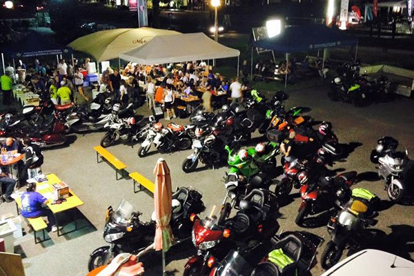 una serie di moto in un evento all'aperto