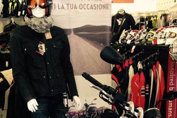 un manichino con un casco, occhiali arancioni e una giacca nera