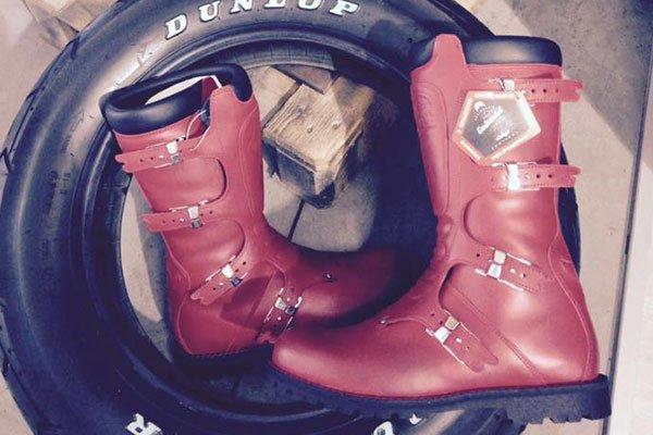 degli stivali rossi e una gomma
