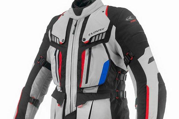 un completo da moto di color bianco,nero, rosso e blu