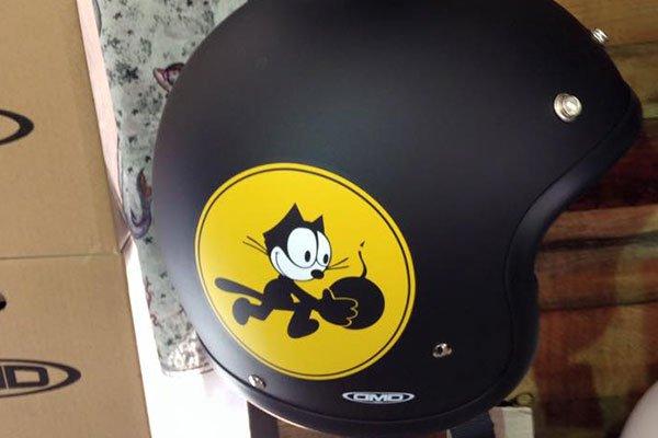un casco nero con il logo del gatto Felix
