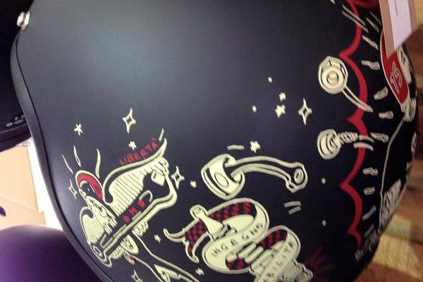 un casco nero con dei teschi disegnati