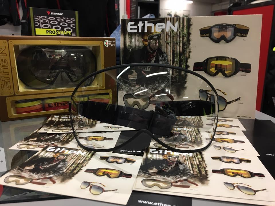 degli occhiali da moto trasparenti della marca Ethen