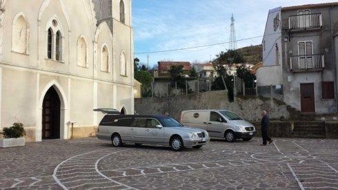carrofunebre fuori dalla chiesa