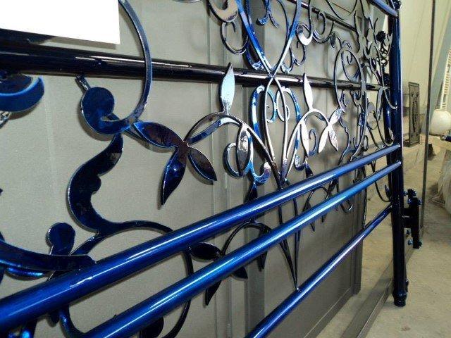 ringhiera in ferro battuto dipinta di blu