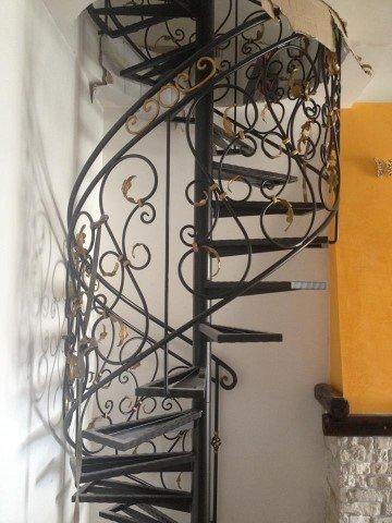 scala a chiocciola in ferro battuto