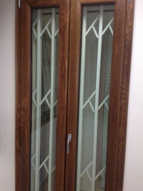 Porta per esterni in legno e vetro con inferriate bianche