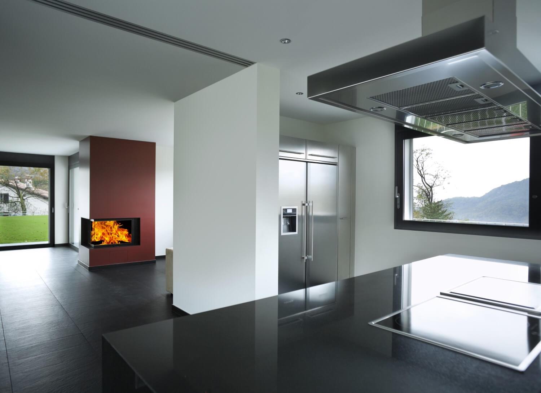 Interno appartamento moderno con camino acceso