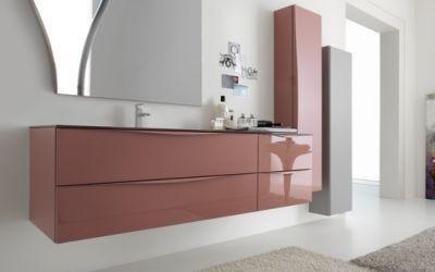 bagno con lavabo, specchio e oggetti di bagno
