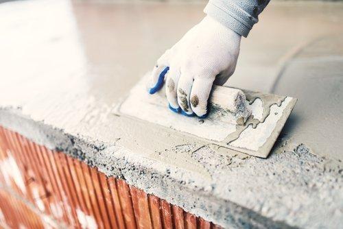 operaio mentre lavora sulla costruzione di casa