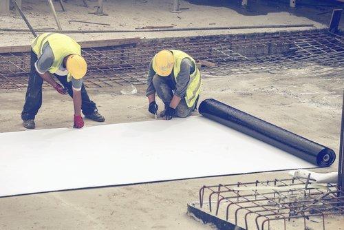 operai mentre lavorano in un cantiere