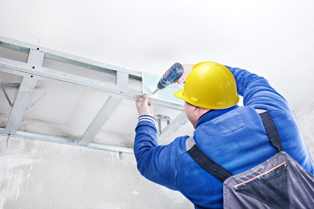 operaio mentre lavora per soffitto