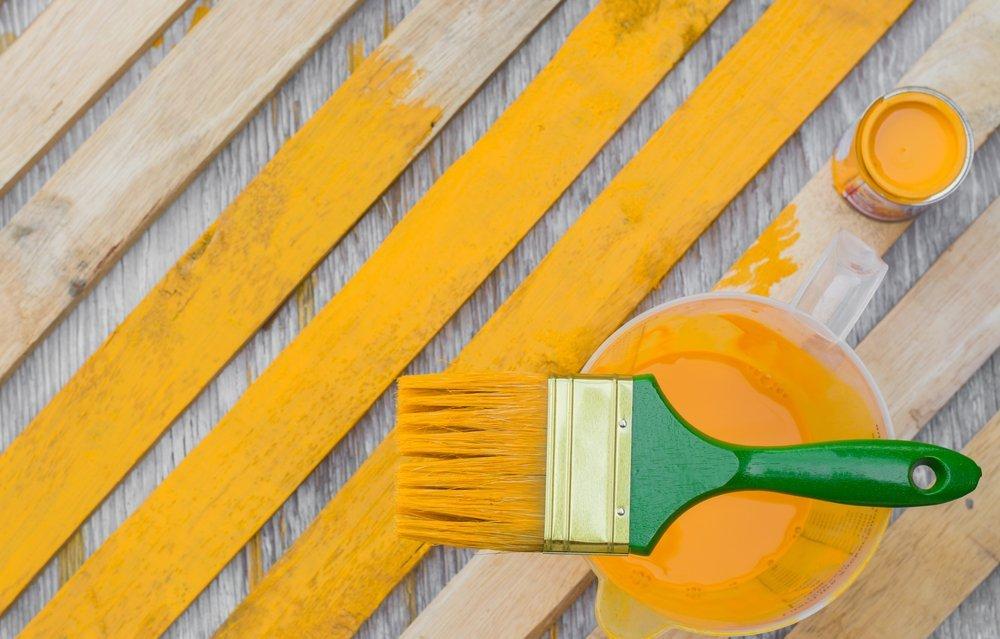 Pittura in legno con pennello