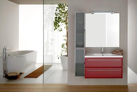 Bagno moderno e luminoso con spaziosa vasca da bagno