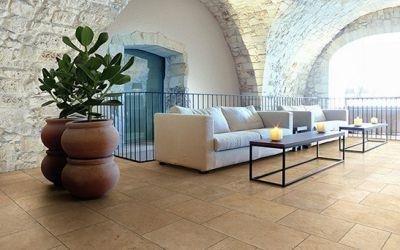 Interno appartamento moderno con divani