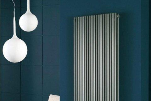 Interno moderno appartamento con lampadari ovali e impianto di riscaldamento