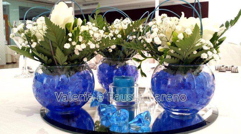 tre vasi con fiori all`interno