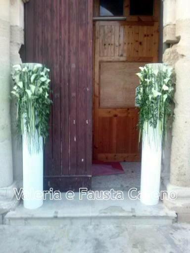 colonne con fiori davanti a una chiesa