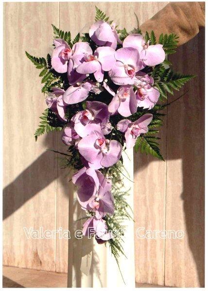 fiori su un piedistallo