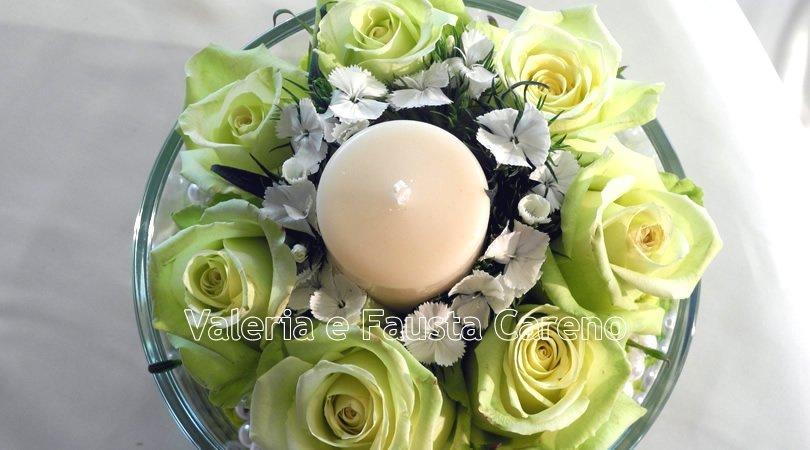 vista di una candela con rose