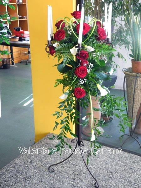 mazzo di rose rosse con candele